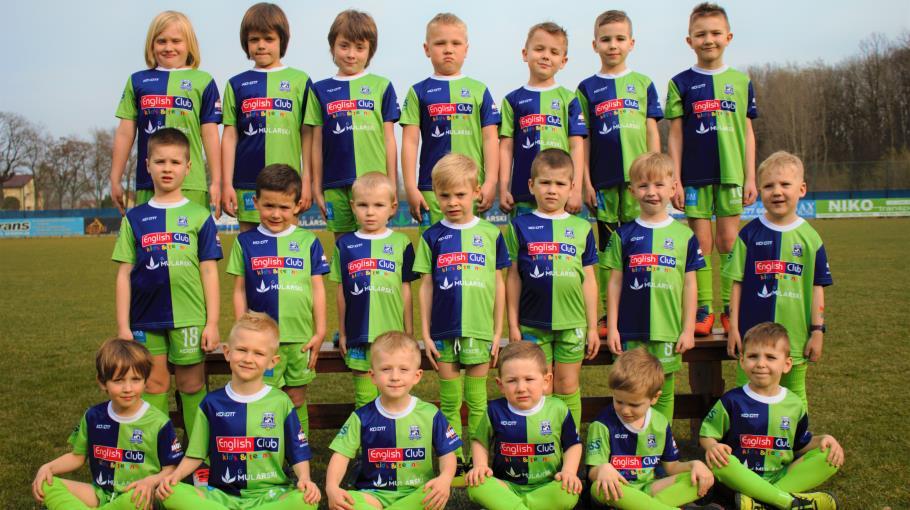 Zdjęcie grupowe drużyny Akademia Piłki Nożnej Sarnów